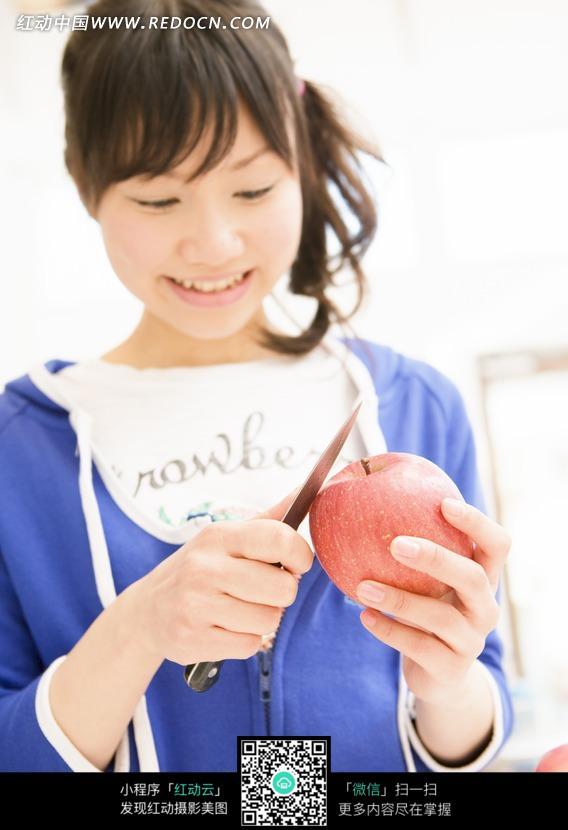 削苹果的美女正面图片