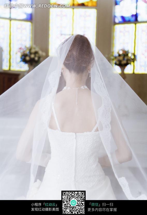 教堂里穿着婚纱新娘的背影