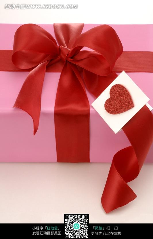 红色丝带系着的粉色礼盒