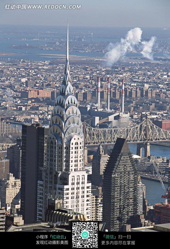 俯视城市高大尖顶建筑