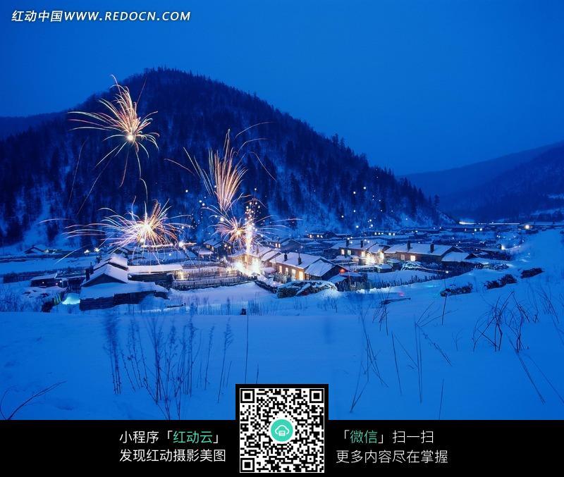 小山村冬天美丽的夜景图片图片