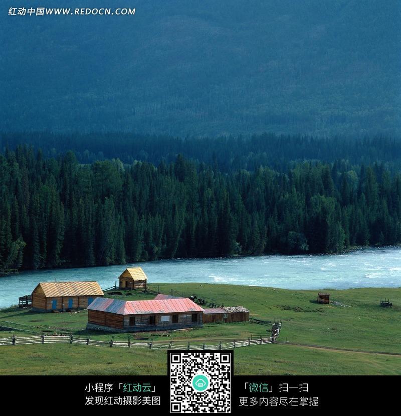 免费素材 图片素材 自然风光 自然风景 绿色草原边的农场和小河流  请