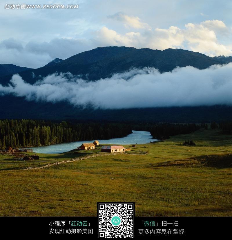 草原边的农场和小溪图片_自然风景图片