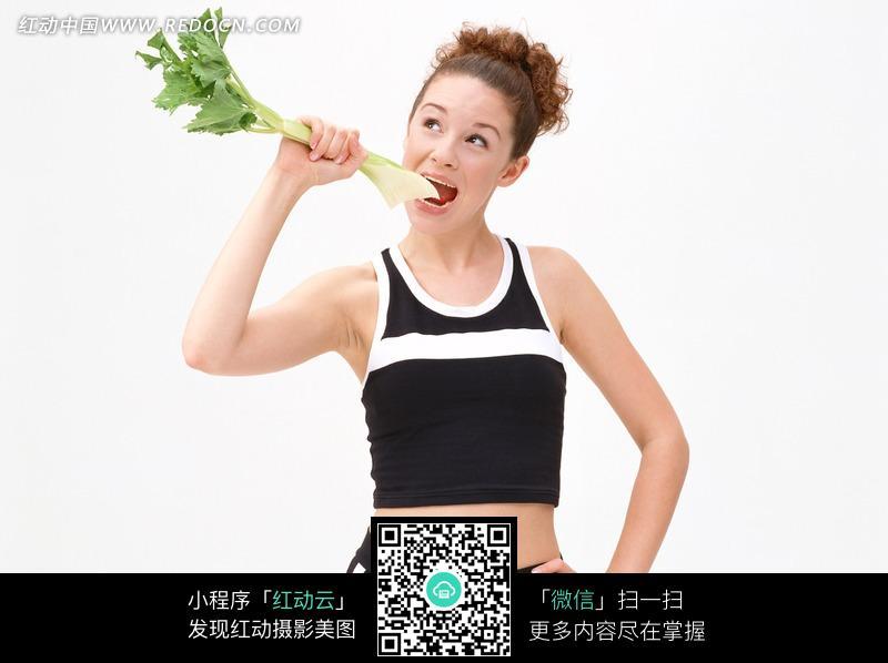 免费素材 图片素材 人物图片 女性女人 拿着芹菜张嘴吃的外国美女素材