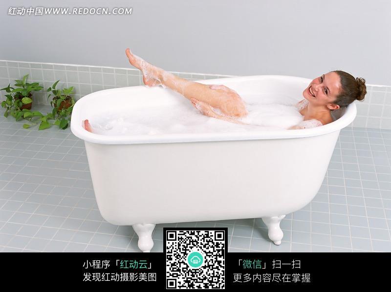 浴缸中洗泡泡浴的外国美女图片