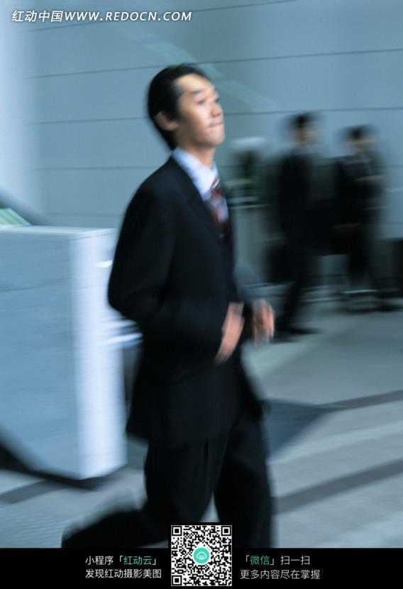 男人向前奔跑过来的图片_