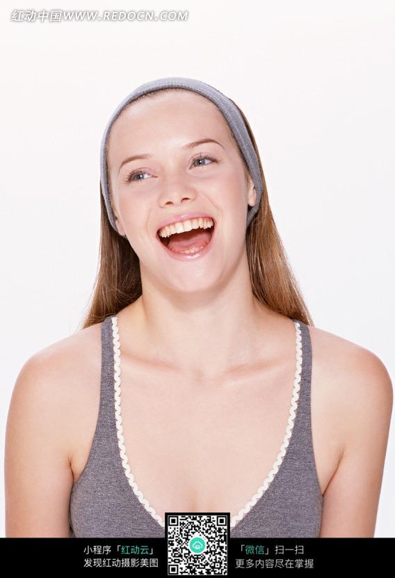 大笑的外国长发美女图片