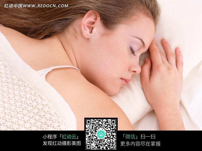 趴着睡觉的外国女人侧脸图片