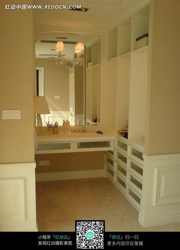 白色梳妆台桌子和台灯图片