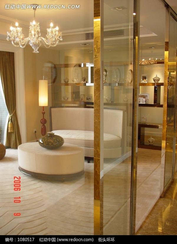 金色门框玻璃门内的白色简洁沙发吊灯