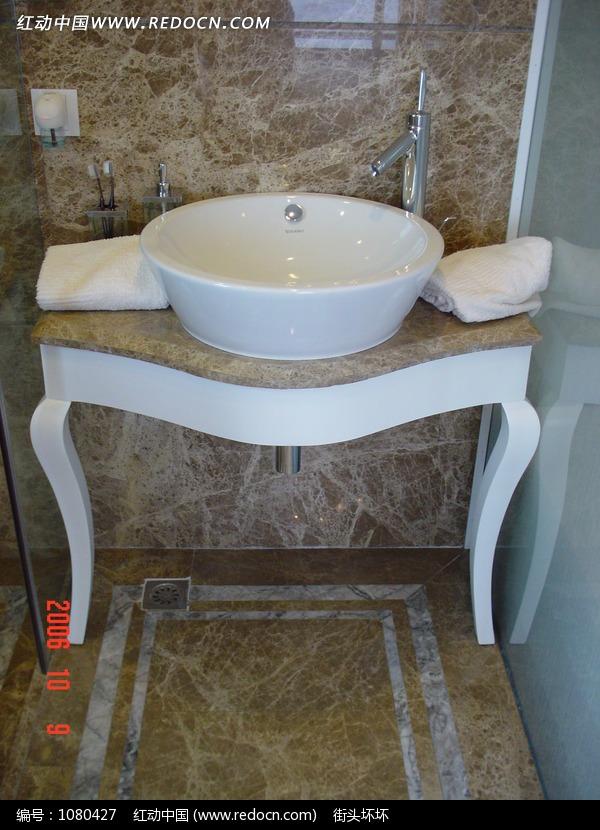 陶瓷洗脸盆和毛巾图片