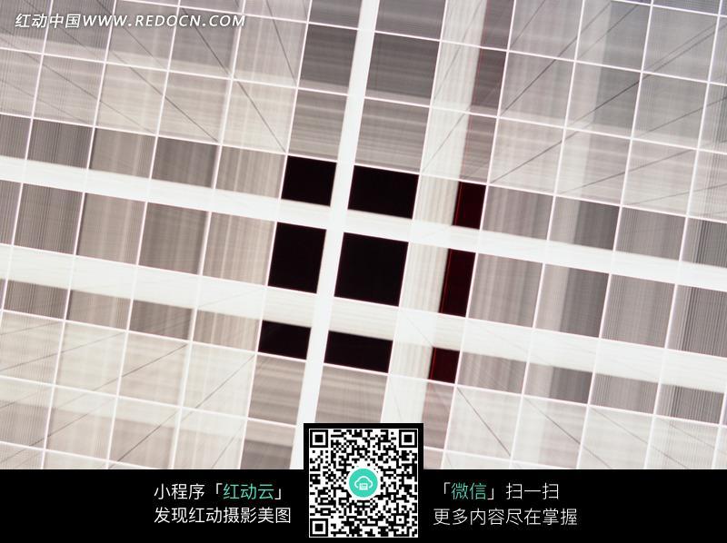 黑色背景下的白色方格状交叉条纹图片