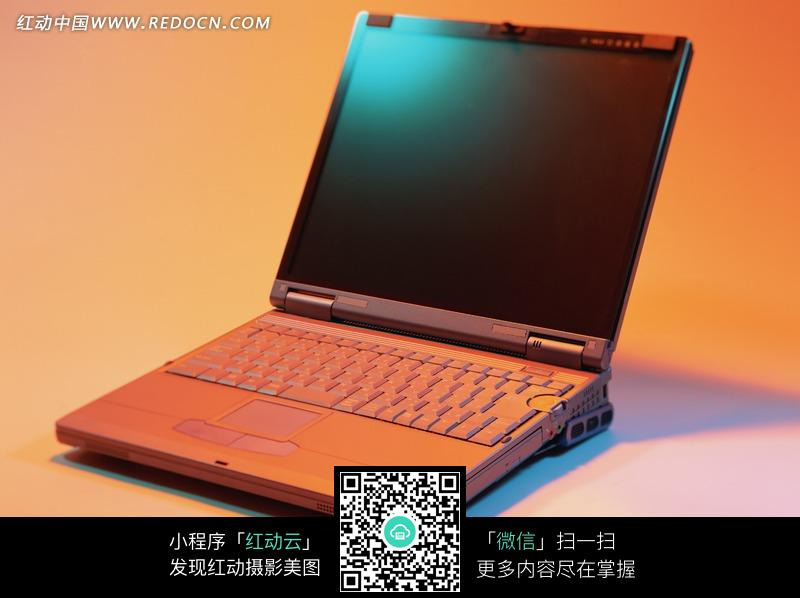 一个打开的笔记本电脑