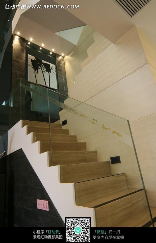 玻璃扶手的室内楼梯图片