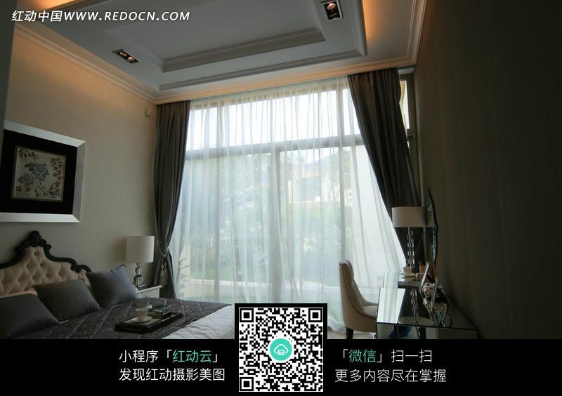 欧式卧室里的双人床图片素材