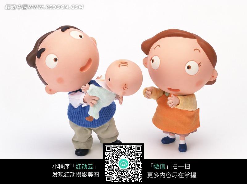 爸爸妈妈和宝宝_卡通人偶—抱着宝宝的爸爸和一边的妈妈图片免费下载_红动网
