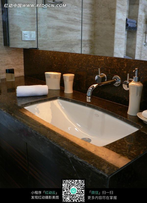 免费素材 图片素材 环境居住 室内设计 大理石洗手台上的白色洗手盆和