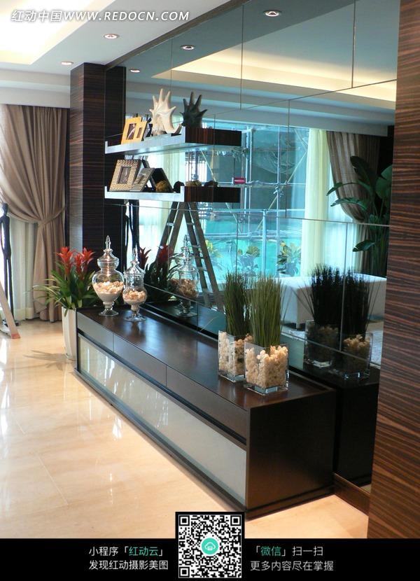 免费素材 图片素材 环境居住 室内设计 玻璃墙壁前黑色柜子上的装饰品
