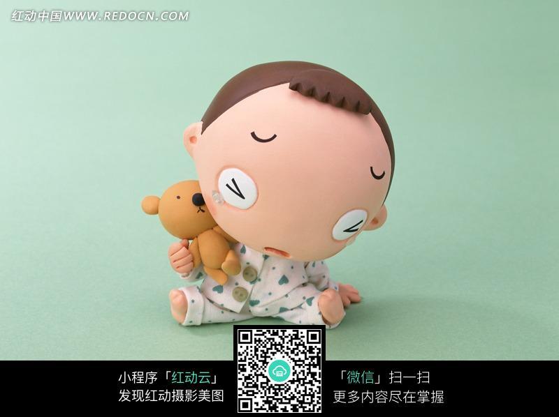 抱着玩具熊的男孩图片