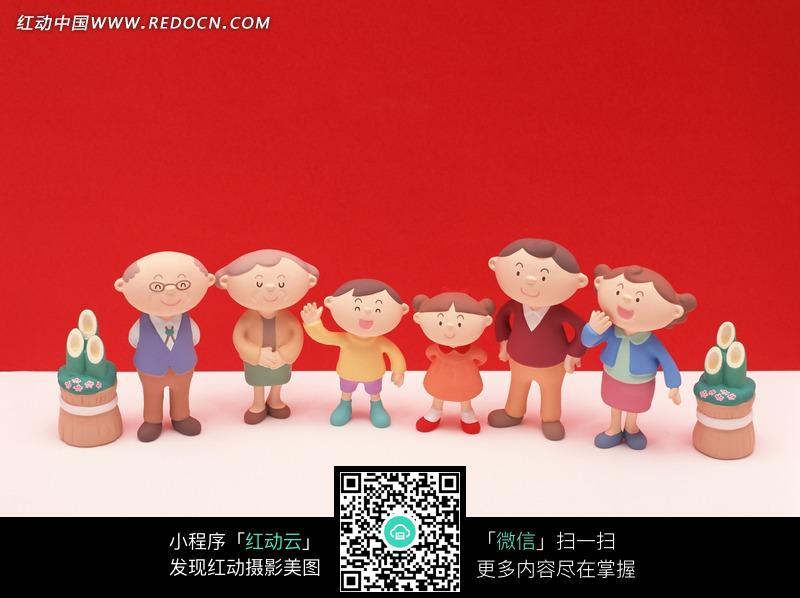 红色背景前快乐的一家人图片图片
