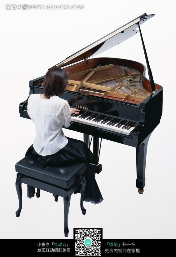 弹钢琴的美女图片