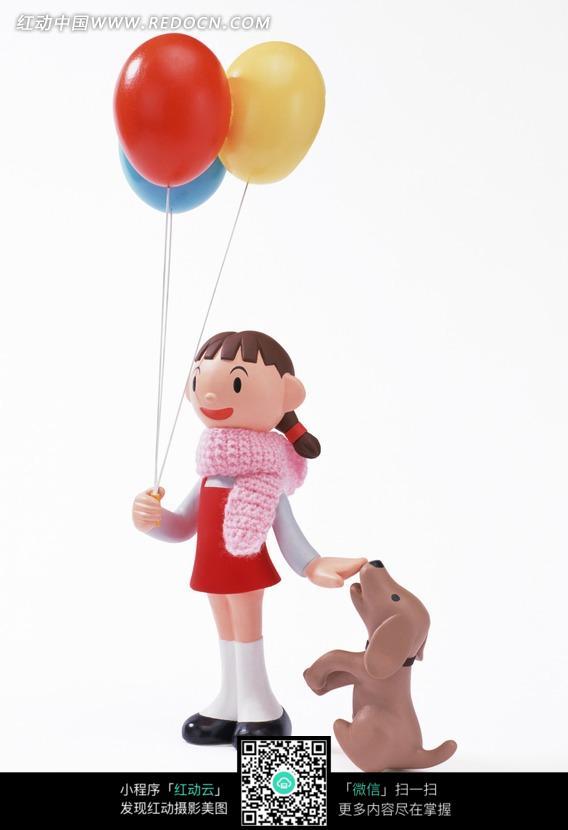 拿着气球和狗玩耍的女孩图片