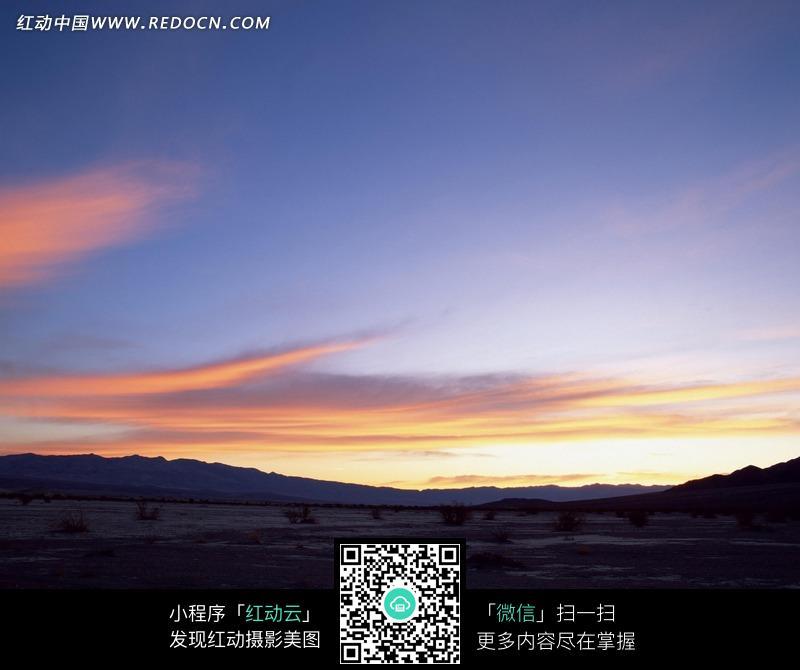 黄昏时荒野外的景色图片_自然风景图片