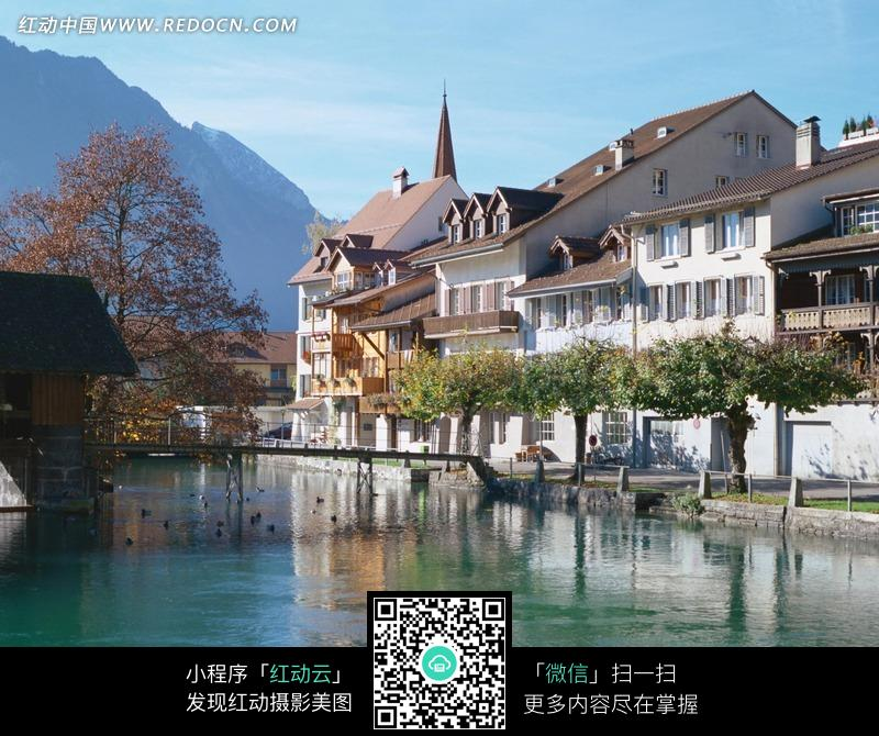 免费素材 图片素材 自然风光 自然风景 山峰旁水边的欧式建筑  请您