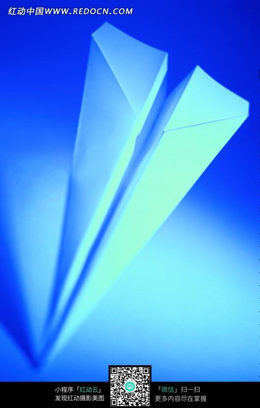 一个纸飞机的摄影图片