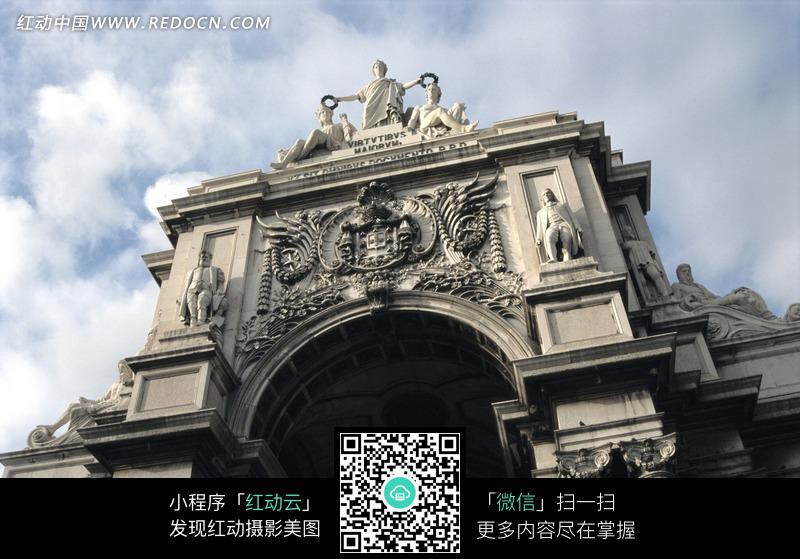仰视雕刻精美的欧式石头拱门图片