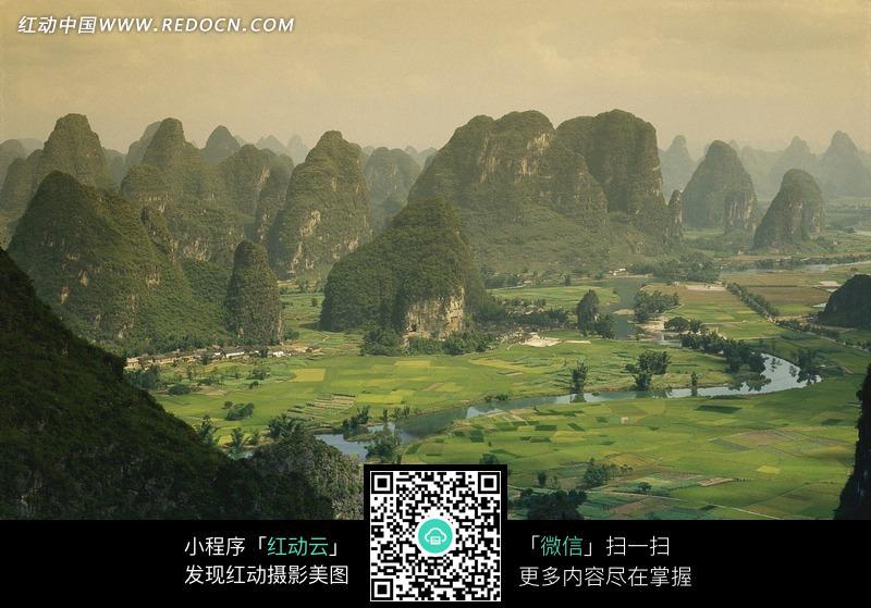 免费素材 图片素材 自然风光 自然风景 茂密的山林和山下农田
