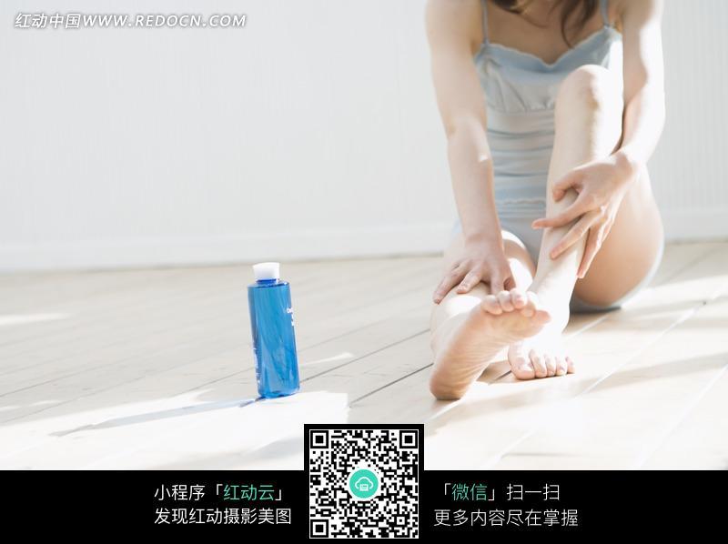 腿部护理的女性和护肤品图片 女性女人图片