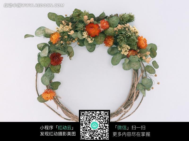 树枝和鲜花绿叶编织的花环图片