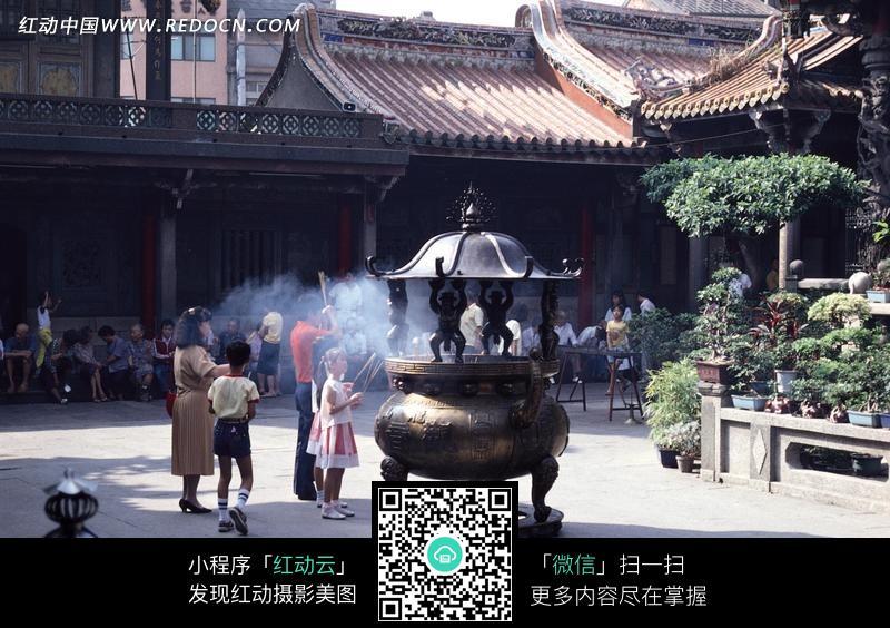 免费素材 图片素材 自然风光 自然风景 寺庙里上香的人们