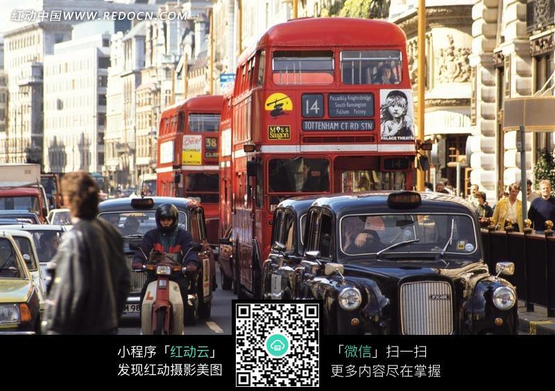 欧洲城市马路上的汽车和行人图片