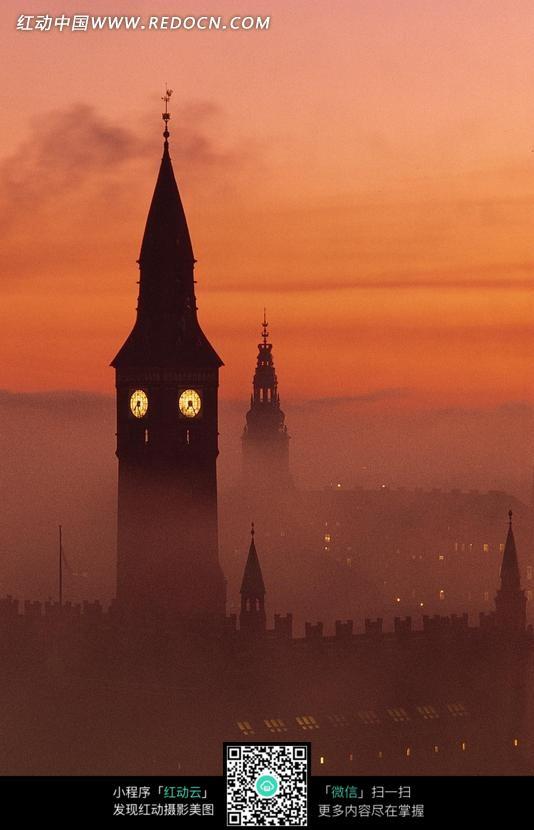 夕阳下高大的欧式钟楼剪影图片