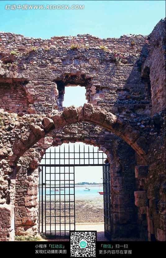 石头城墙和拱门方格大门图片