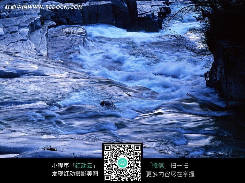 石头上流淌的溪水