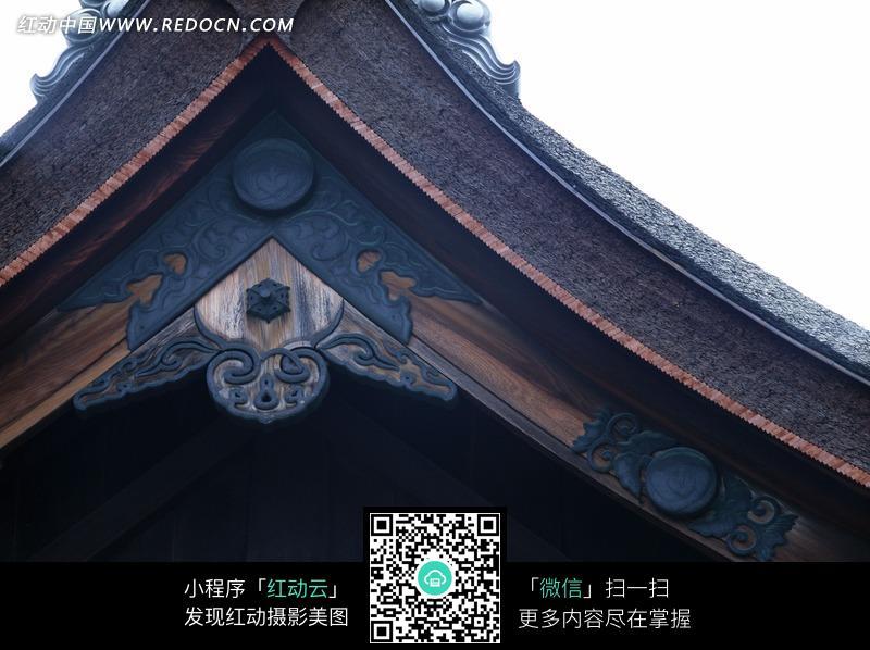 古建房屋屋檐上的雕刻花纹特写图片图片