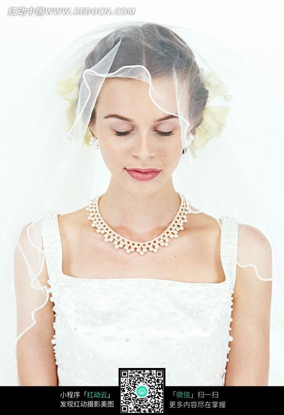 穿着婚纱闭着眼睛的外国女人