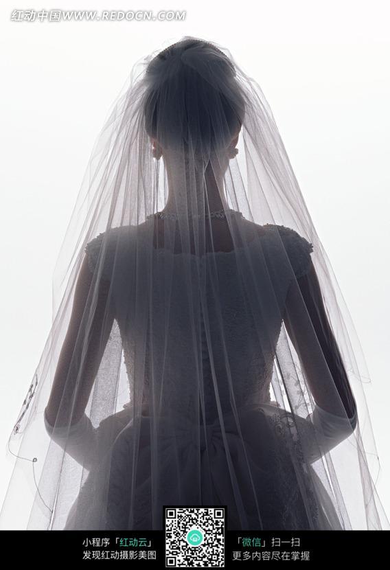 穿婚纱的新娘的背影