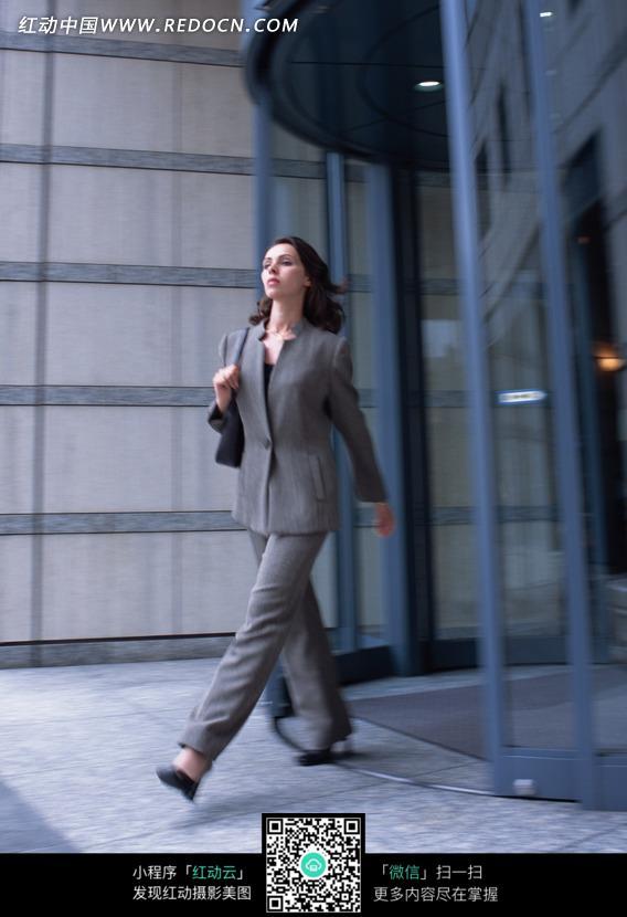 美女 走出-从大楼里走出的职业装美女