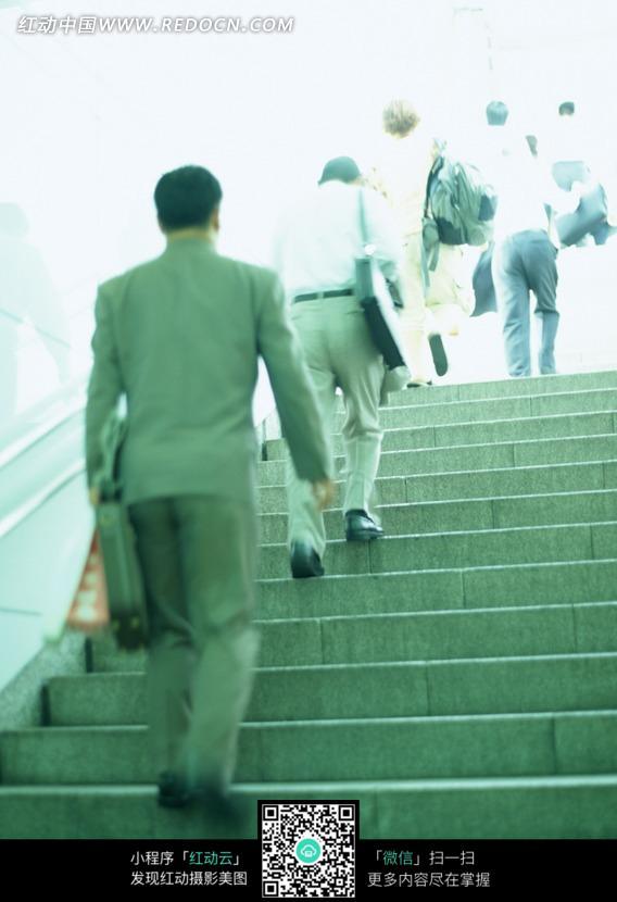 上楼梯的男人背影图片