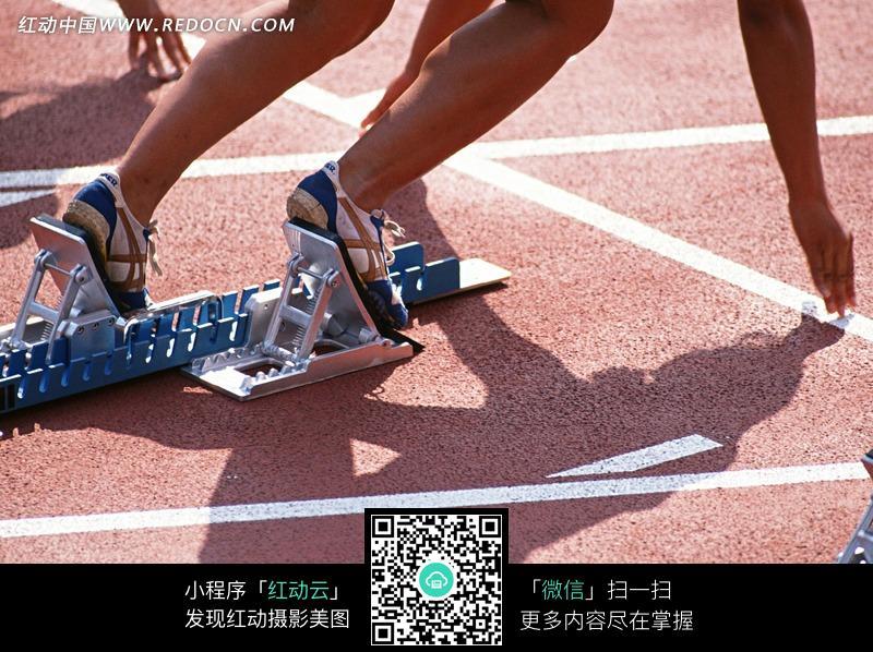 运动员起跑姿势的特写照片