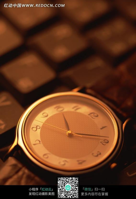一块金属手表表盘特写图片