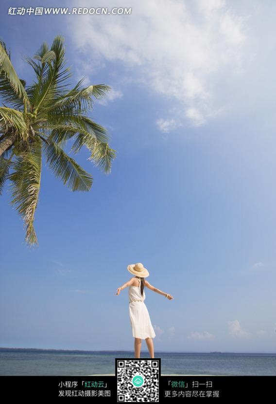 海边沙滩上穿高跟鞋的美女背影图片 人物图片素材|库