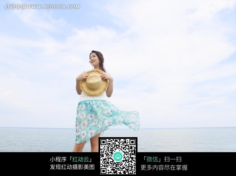 站在海边穿裙子的美女