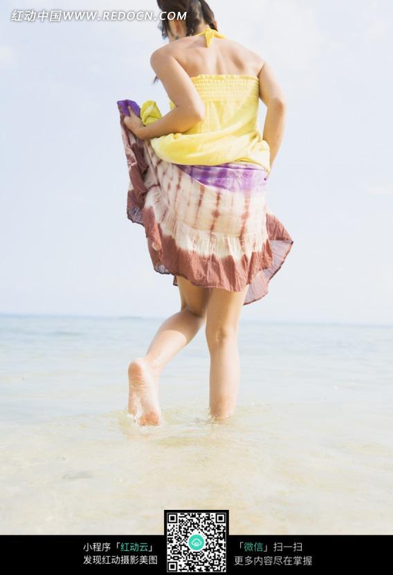 海边穿裙子的女孩背影图片