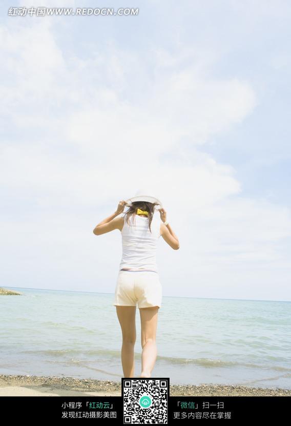 跑向海边的美女背影图片
