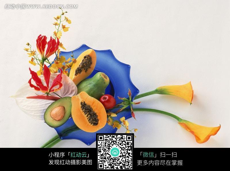 盘子里的鲜花和水果图片